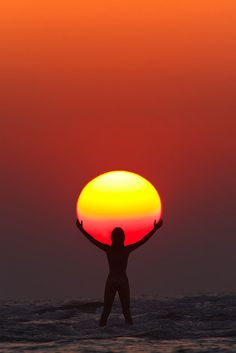 "landscape pics Picture of the Day: Praise the Sun. ""In this perfectly timed sunset capture by Anton Jankovoy, we see the silhouette of a woman appearing to hold/praise the sun. The phot Creative Photography, Amazing Photography, Landscape Photography, Art Photography, Landscape Pics, Summer Photography, Cool Pictures, Cool Photos, Beautiful Pictures"