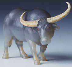 """Фаберже. """"Буйвол"""" (1913) Халцедон, цвета слоновой кости, рубины кабошон. Из королевской коллекции Елизаветы П (Англия)."""