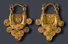 Penjolls d'or procedents d'una excavació realitzada l'any 1912 en el poblat ibèric del Castellet de Banyoles (Tivissa) (Museu Nacional Arqueològic de Tarragona)