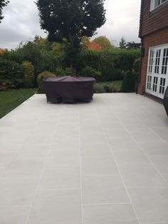 Product Showcase: Sandy White Porcelain Paving creates a crisp, modern entrance and patio - London S Patio Pavé, Patio Slabs, Patio Tiles, Patio Flooring, Backyard Patio Designs, Concrete Patio, Paving Stone Patio, Stone Backyard, Paving Stones