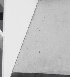 VLAK = dit is de trede van een trap, langs de zijkant. Hier breekt de groef de trap en de leuning in 2 verschillende vlakken