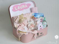 ¿A quién no le gustaría una canastilla de bebé como ésta? Un montón de detalles útiles dentro de un práctico maletín http://www.mibbtarta.es/producto/maletin-grande-topitos/ #regalobebe #regalosoriginales #canastilla #tartasdepañales #babyshower #canastillas #tartadepañales