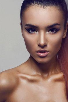 Eye liner, nude lips