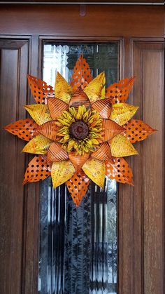 Hand Painted Aluminum Sunflowers and mirrors. Tin Can Flowers, Metal Flowers, Flowers Garden, Aluminum Can Crafts, Metal Crafts, Aluminum Cans, Fall Crafts, Christmas Crafts, Acorn Crafts