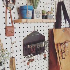 """ホームセンターなどで購入出来る""""有孔ボード""""。このボード、実はお洒落なインテリア&収納になっちゃうんです! Mode Style, Poster, How To Plan, Living Room, House, Yahoo, Diy Ideas, Room, Haus"""