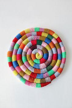 great grannies are an inspiring lot . this seat cushion via annie larson crochet-ganchillo Diy Tricot Crochet, Crochet Home, Crochet Crafts, Yarn Crafts, Knitting Projects, Crochet Projects, Sewing Projects, Loom Knitting, Knitting Patterns