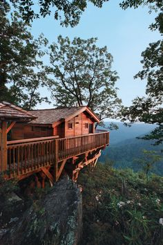 This Tree House Design Ideas For Adult and Kids, Simple and easy. can also be used as a place (to live in), Amazing Tiny treehouse kids, Architecture Modern Luxury treehouse interior cozy Backyard Small treehouse masters Cabin Homes, Log Homes, Building A Treehouse, Treehouse Ideas, Cabins And Cottages, Log Cabins, Mountain Resort, Cabins In The Woods, Cabana