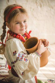 Ukraine Kids Around The World, People Of The World, Cute Kids, Cute Babies, Baby Kids, Cute Little Baby, Little Girls, Folk Fashion, Just Girl Things
