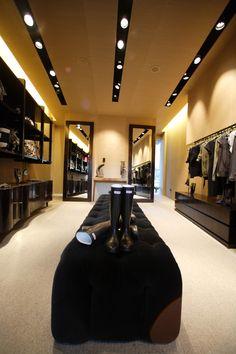 DOM EDIZIONI: #luxurystore #luxuryfurniture #domedizioni #capitonnesofa