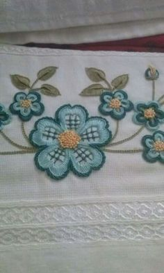 This Pin was discovered by Ülk Basic Embroidery Stitches, Hand Embroidery Flowers, Hand Work Embroidery, Hand Embroidery Designs, Embroidery Techniques, Ribbon Embroidery, Embroidery Store, Machine Embroidery Patterns, Crewel Embroidery
