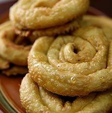 Χαρακτηριστικές πίτες της κρητικής κουζίνας σε σχήμα σπείρας. Συνήθως γεμίζονται με ένα υπόξινο μείγμα τυριών και σερβίρονται πάντα με μέλι. Πήραν το όνομά τους από το κρητικό μαντίλι