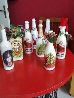 Easy DIY Dollar Store Christmas Decorating Ideas for Living Room - Wine Bottle Crafts Glass Bottle Crafts, Wine Bottle Art, Painted Wine Bottles, Diy Bottle, Christmas Decoupage, Christmas Wine Bottles, Bottle Painting, Mason Jar Crafts, Holiday Crafts