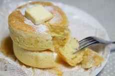 材料 薄力粉・強力粉 各30g ★卵 1個(M) ★砂糖 大さじ1 ★ヨーグルト 大さじ2 ★牛乳 大さじ2 ★塩 ひとつまみ 溶かしバター 10g ベーキングパウダ― 小さじ1 水 40cc 作り方 バターはレンジで30秒チンして溶かしておく。 薄力粉、強力粉、ベーキングパウダーは合わせておくふるわなくてもぐるっとスプーンでまぜておくだけでOK。 ★をボールに全部入れて泡立て器でよく混ぜる。 そこに溶かしたバターも入れて混ぜる。 1の粉を入れて8割方混ぜる。よく混ぜなくて大丈夫。 中火に温めたテフロンのフライパンに内側に油をぬったセルクル2個を置いて、そこに2の生地をスプーンで入れます。 高さの半分ぐらい入ります。  セルクルを置いてる外側のフライパンにお水を40cc入れてふたをして弱火で3分程焼きます。 3分程たつとお水もなくなってくるのでセルクルをはずして(熱いのでトングなど使っても)フライ返しで裏返して蓋をして3分焼いて出来上がりです。