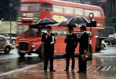 Caballeros Londinenses esperando el autobús, 1964 Fotografía: Burt Glinn