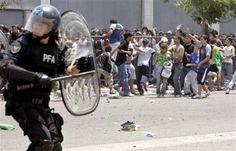 Descontrol en la Boca  Una imagen elocuente de ayer en la Boca: un policía listo para entrar en acción y el desorden de la gente en su afán por conseguir una entrada . Foto: Mauro Alfieri
