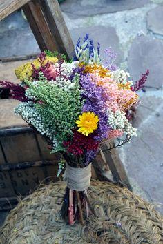 Los ramos preservados también pueden ser silvestres. Aquí está la muestra. Un ramo alargado con lavanda, flor de arroz, achillea y otras flores de campo de las que aguantan bien el paso del tiempo. Un ramo ideal para una novia con un vestido de estilo vintage.