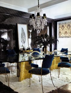 Lacquered wall with gold and blue detailed living room. Love the chairs!