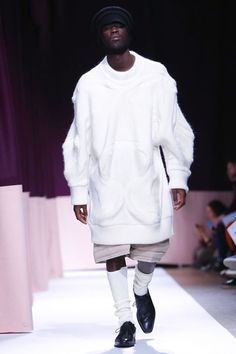 Henrik Vibskov Menswear Fall Winter 2015 Paris trend oversize pullovers and shorts Live Fashion, New Fashion, Runway Fashion, Fashion Show, Fall Winter 2015, White Outfits, Fashion Labels, Modern Man, Fashion Photography