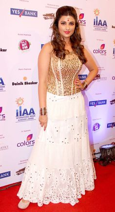 Parineeti Chopra channed her inner Bollywood diva in a white and gold creation at International Indian Achievers awards. ***