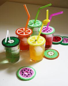 Idées de bricolage avec des perles à repasser – des dessous/dessus de verre Emojis et fruits
