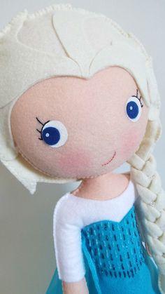 Princesa Elsa confeccionada em feltro. <br>Produto artesanal, feito à mão. <br> <br>30 cm de altura. <br>Fica em pé com auxílio de suporte em acrílico (já incluso). <br> <br>Ideal para decorar a mesa principal da festa de aniversário. <br>Pode ser reutilizado posteriormente para enfeitar o quarto da criança.