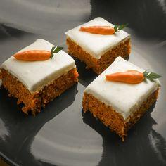 Prajitura cu morcovi si crema de branza Philadelphia.  Ingrediente 140g ulei 205g zahar 75g oua ( un ou si jumatate aproape ) 3g pudra de scortisoara 180g faina 3g sare 2g praf de copt 4g bic…