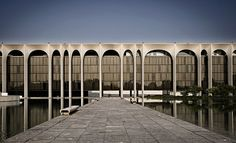 Sede Mondadori,Segrate - Oscar Niemeyer - Come gli alberi sono magnifici, però ancor più magnifico è lo spazio sublime e commovente che esiste tra loro. Quando progettai il colonnato per la sede di Mondadori a Milano, evitai di creare spazi uguali tra le colonne. Ispirato dall'invenzione architettonica ho progettato spazi diversi tra loro, variandoli da quindici a tre metri in una sequenza che mi sembrava musicale