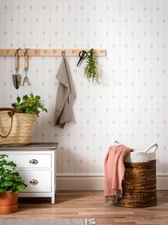 Tapet Duro 1900 Britta Röd - Lilly is Love Wallpaper Stores, Old Wallpaper, Wallpaper Samples, Pattern Wallpaper, Cottage Entryway, Scandinavian Wallpaper, Wallpaper Calculator, Waste Paper, High Quality Wallpapers