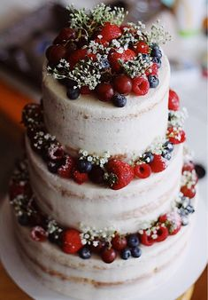 [homemade] a semi naked vanilla cake with fresh fruit Food Recipes The Effective Pictures We Offer You About Cake Design christmas A quality picture can tell you many things. You can find the most bea Fruit Wedding Cake, Wedding Cake Rustic, Nake Cake, Fresh Fruit Tart, Fall Cakes, Wedding Cake Inspiration, Wedding Ideas, Savoury Cake, Fruit Recipes