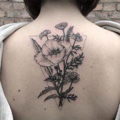 Mary Tereshchenko aposta no estilo linework para criar tatuagens botânicas incríveis