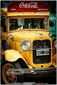 Vintage Coca Cola Truck 1930 right hand drive in Argentina Coca Cola Vintage, Coca Cola Ad, Always Coca Cola, Coke Ad, Coca Cola Bottles, Classic Trucks, Classic Cars, Pompe A Essence, Automobile