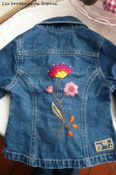 nice embroidery on jeans jacket Embroidery On Clothes, Embroidered Clothes, Embroidery Hoop Art, Hand Embroidery Designs, Beaded Embroidery, Embroidery Stitches, Embroidery Patterns, Machine Embroidery, Jean Embroidery