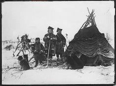 Samer med hunder uten for teltet ved Langfjordvann i Sør-Varanger. Wessel, Ellisif Rannveig.
