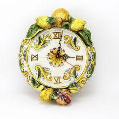 Orologio in  ceramica Siciliana, Caltagirone, completamente realizzato a mano , arricchito con applicazioni di frutta , limoni e melograni. •Disponibile anche con dec.Blu antico. •Dim. largh.cm.32x h.37 x 12 prof.