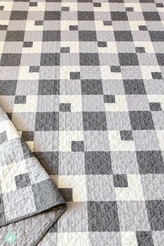 The Farmhouse Plaid quilt pattern is a classic twist on the traditional buffalo plaid design. This quilt is great for beginners! Colchas Quilting, Quilting Designs, Machine Quilting, Patchwork Quilt Patterns, Quilting Patterns, Quilting Ideas, Quilts For Men Patterns, House Quilt Patterns, Simple Quilt Pattern