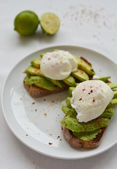 Avocado And Poached Egg Brunch Toast - We meet again, guys! Now I'll share about the super sensational Avocado recipes that my roomate made it >> Go Click Pin For More Accurate Instruction >> we're hope you love it you enjoy it . Healthy Diet Recipes, Healthy Meal Prep, Healthy Snacks, Healthy Microwave Meals, Vegan Recipes, Healthy Brunch, Vegan Lunches, Keto Meal, Vegan Snacks