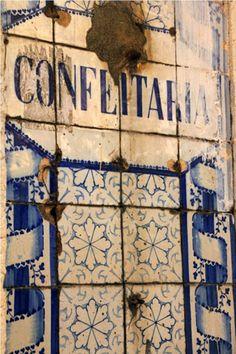 Antiguos azulejos en la fachada de un edificio del barrio de Alfama, Lisboa