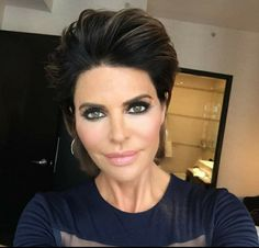'Real Housewives of Beverly Hills' star Lisa Rinna debuted a new hairstyle for the first time in 20 years on Tuesday, May 3 — see her new look! Short Dark Hair, Short Sassy Hair, Short Hair With Layers, Short Hair Styles, Pixie Styles, Lisa Rinna Wig, Keratin, Crop Haircut, Hairstyles Over 50