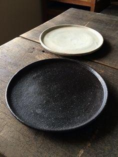 玉縁6寸皿 黒釉/粉引   - 器と暮らしの道具 OLIOLI
