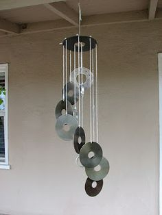CD Wind Chime - all you need are old CD's and string. Perfect, quick and easy. Very effective. Upcycle garden craft ideas. Cd Art, Art Plastique, Mobiles, Recycled Art, Diy With Cds, Crafts With Cds, Old Cd Crafts, Diy Gifts, Homemade Wind Chimes