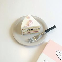 Find images and videos about pink, white and food on We Heart It - the app to get lost in what you love. Brunch, Cafe Food, Aesthetic Food, Simple Aesthetic, Pretty Cakes, Dessert Recipes, Desserts, Eat Cake, Food Inspiration