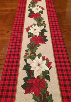 Quilted Table Runners Christmas, Christmas Placemats, Christmas Runner, Table Runner And Placemats, Burlap Table Runners, Table Runner Pattern, Christmas Sewing, Christmas Deco, Christmas Projects