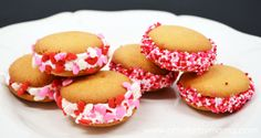 Find creative craft tutorials, simple recipes, printables and more at Artsy-Fartsy Mama Fun Valentines Day Ideas, Valentines Day Treats, Valentine Party, Funny Valentine, Holiday Snacks, Holiday Recipes, Snacks To Make, Sandwich Cookies, Food Themes