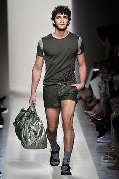 a breezy Bottega Veneta Spring Summer 2011 Menswear Collection. Love Sean Opry's look with those . Men Looks, Look Fashion, Mens Fashion, Spring Fashion, Fashion Show, Fashion Trends, Spring Shorts, Short Outfits, Bottega Veneta