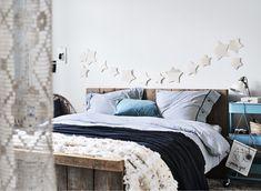 Fehér hálószoba, kék csíkos ágyneművel.