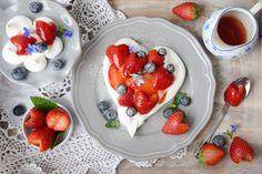 """Seit Wochen schon schleiche ich um die ersten Erdbeeren herum. Bauch, Herz und das erdbeerrote Teufelchen auf der Schulter sagten bereitslautYesssss, der Kopfwidersprach """"Nix da! Du wartes…"""
