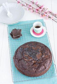 """La Torta sette vasetti al cioccolato è una torta super golosa perfetta per riciclare le uova di cioccolato avanzate dalle feste di Pasqua e per far felici grandi e piccini. Questa torta l'ho provata dopo averla vista sul sito di una brava amica blogger , Enrica Panariello, del blog """"Chiarapassion"""". Io l'ho personalizzata usando farine alternative, evitando così quella """"00"""" , ed usando lo zucchero di canna, vista la presenza di tanto cioccolato al latte. È la varian..."""