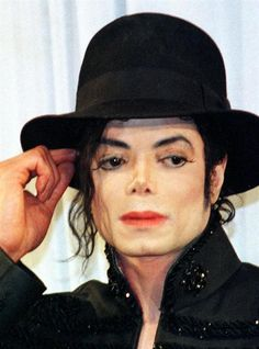 4 years ago in Michael Jackson HIStory April Michael Jackson goes shopping in Beverly Hills.Just alittle more than 2 months before he passed. The Jackson Five, Mike Jackson, Photos Of Michael Jackson, Michael Jackson Bad Era, Jackson Instagram, O Pop, Blake Griffin, Song Of The Year, King Of Music