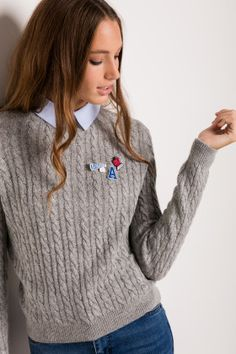 Collar sweater with pins