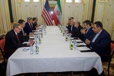 Os governos dos Estados Unidos e do Irã anunciaram neste sábado (16/01) um acordo de troca de prisioneiros, que vinha sendo negociado nos últimos 14 meses. A decisão ocorre em meio à confirmação da AIEA (Agência Internacional de Energia Atômica) de que o país persa cumpriu as exigências para iniciar o histórico acordo nuclear pactuado em julho do ano passado em Viena — o que resultou na suspensão das sanções internacionais contra a nação.